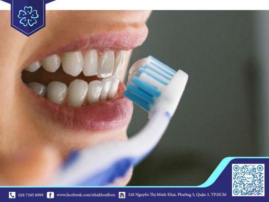 Chảy máu chân răng khi đánh răng do lực chải răng quá mạnh