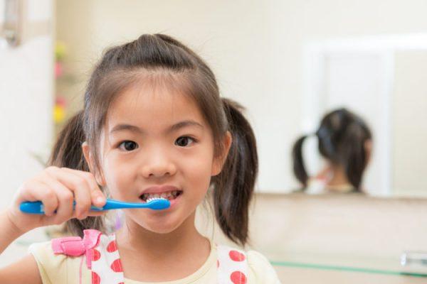 Bé bị hôi miệng do vệ sinh răng miệng không đúng cách (ảnh minh họa)