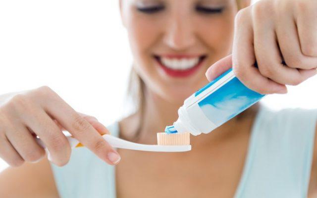 Vệ sinh răng miệng không đúng cách sau khi bọc răng sứ sẽ gây nên tình trạng hôi miệng (ảnh minh họa)