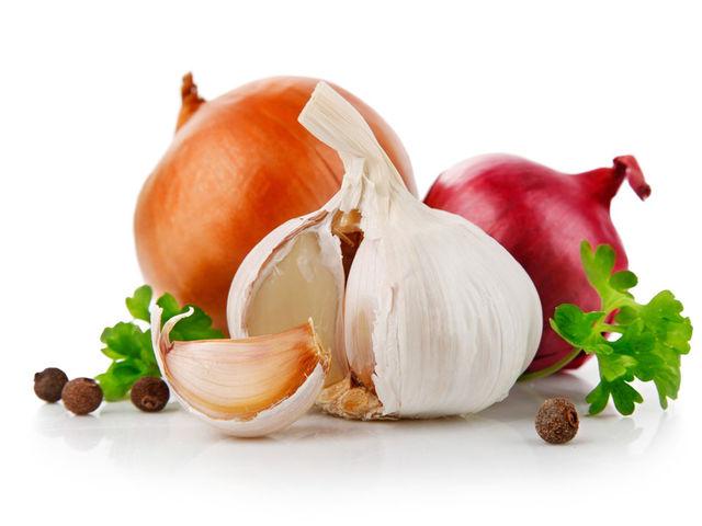Hạn chế ăn các thực phẩm có mùi sau khi bọc răng sứ (ảnh minh họa)