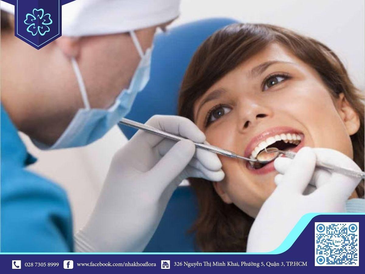 Sau khi bọc răng sứ bạn nên thăm khám định kỳ để kiểm tra sức khỏe răng sứ (ảnh minh họa)
