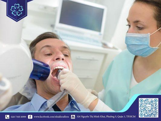 Sau khi làm răng sứ thẩm mỹ xuất hiện mùi hôi nên đến các nha khoa uy tín thăm khám và điều trị (ảnh minh họa)