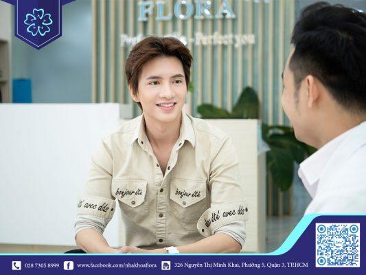 Bác sĩ Nguyễn Đắc Minh tư vấn khách hàng trước khi bọc răng sứ