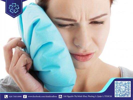 Chườm lạnh hạn chế cơn đau sau quá trình trồng răng Implant (ảnh minh họa)