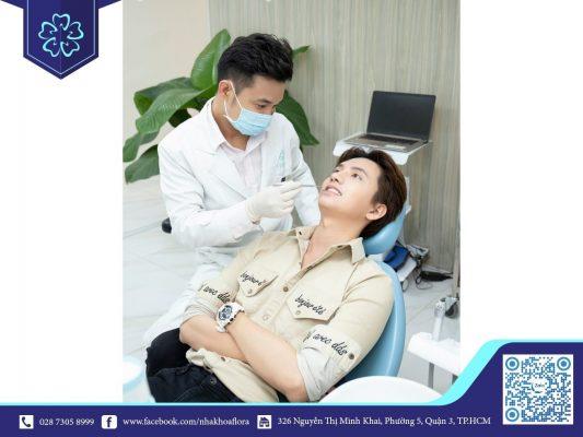 Khách hàng kiểm tra bọc răng sứ