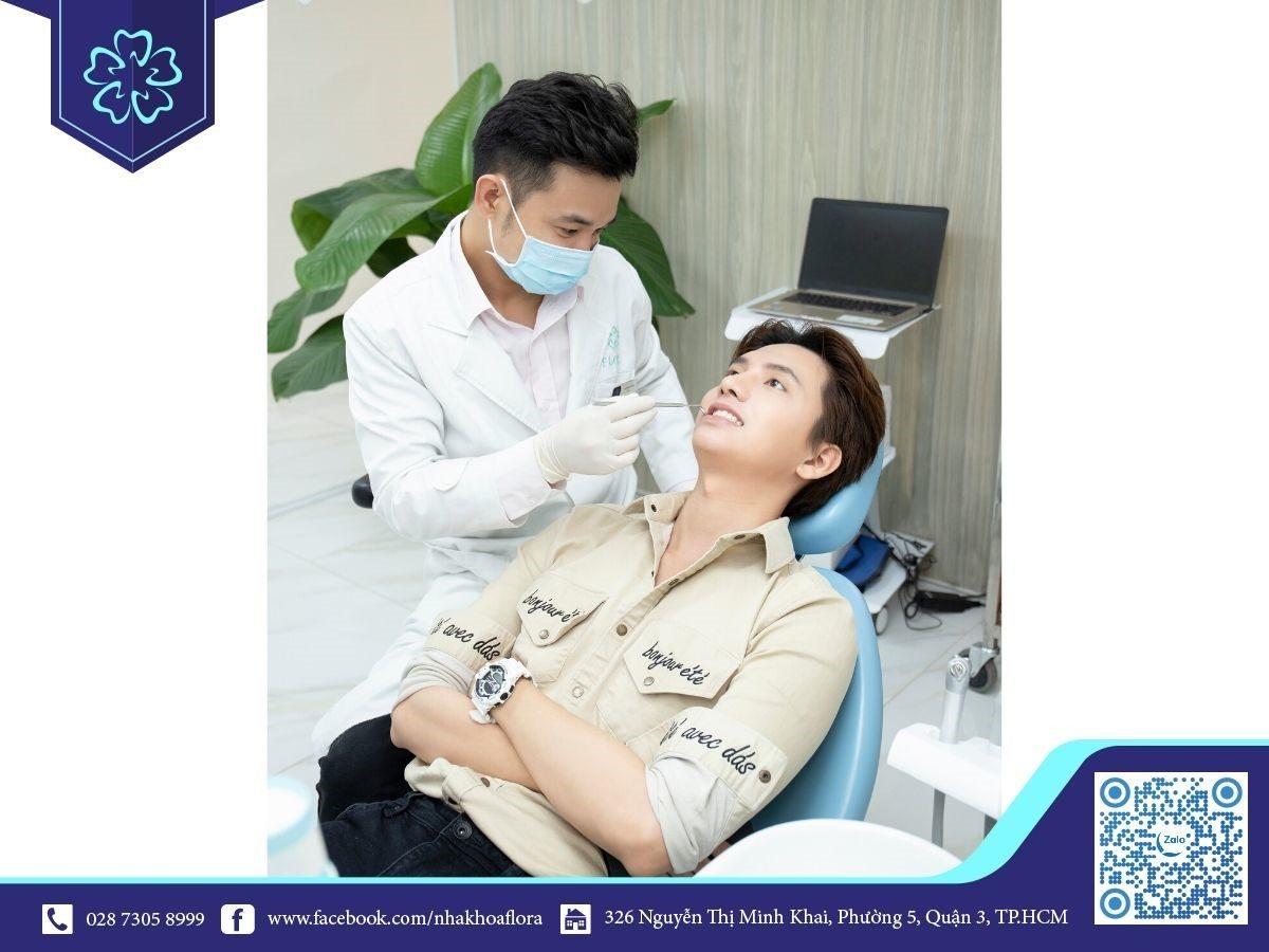 Bác sĩ Minh tư vấn khách hàng trước khi cấy ghép răng Implant
